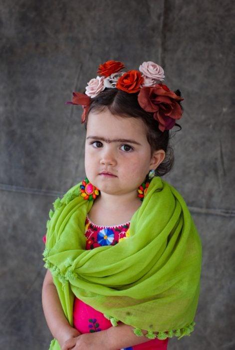 Niña disfrazada de frida kahlo