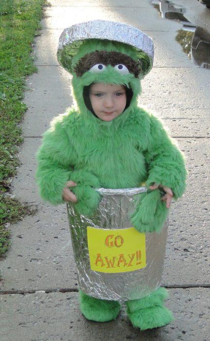 Niño disfrazado del monstruo come galletas