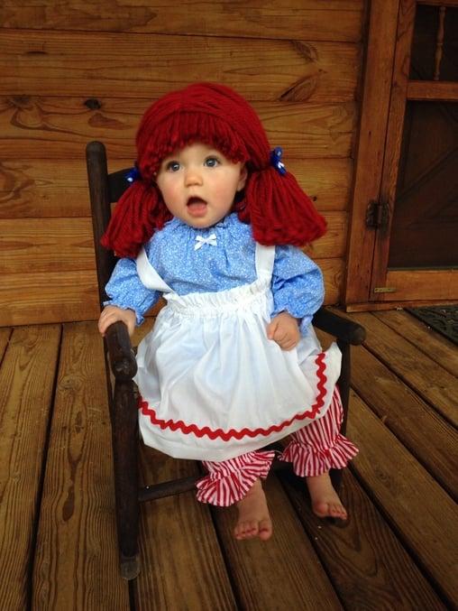 Niña vestida de muñeca