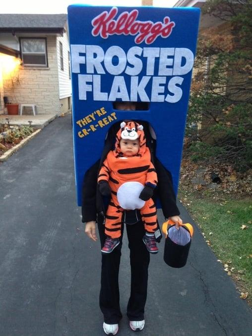 Niño disfrasado de caja de cereales