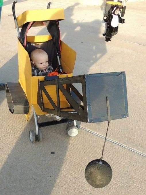 niño en una carriola que está caracterizada de demoledora