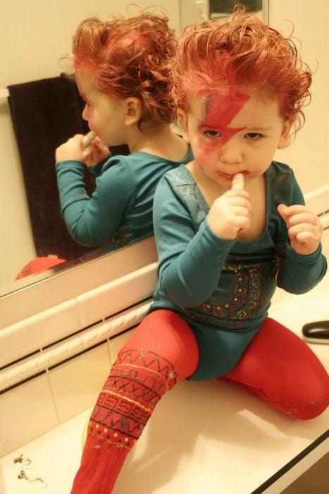 Niño disfrazado de david bowie