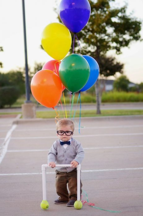 Niño disfrazado del viejito de up