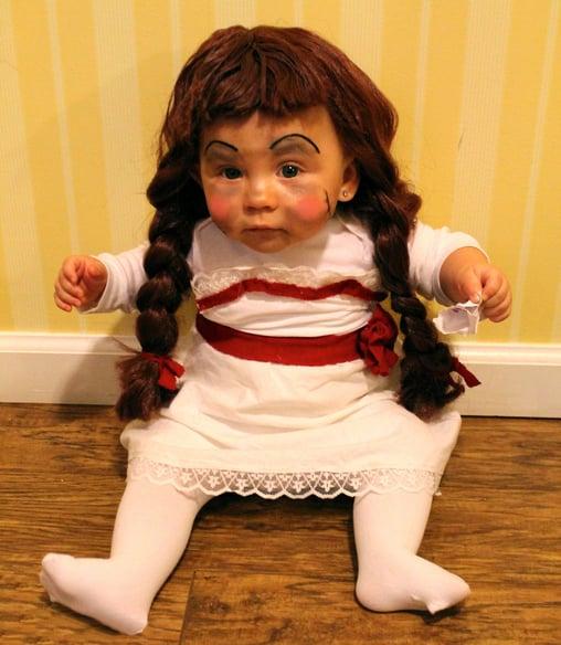Niño vestido de la muñeca anabelle