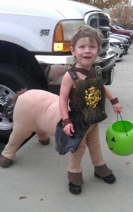 Niño disfrazado de minotauro