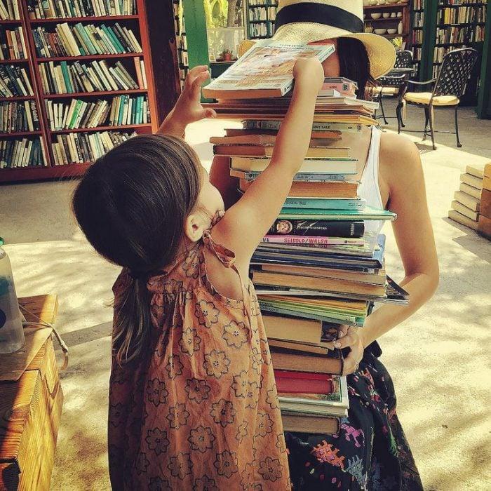 niña acomodando libros