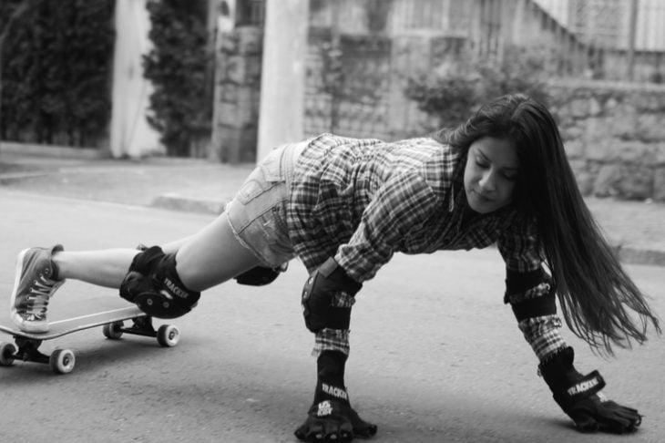 chica en patineta