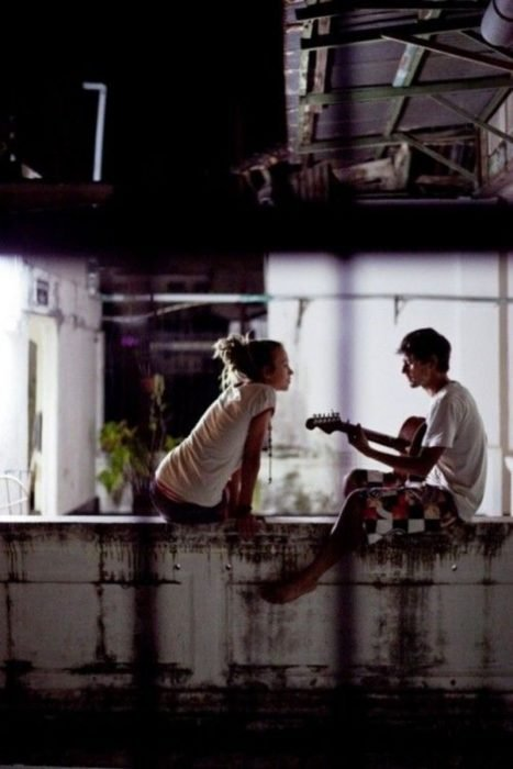 chicos en una barda tocando guitarra