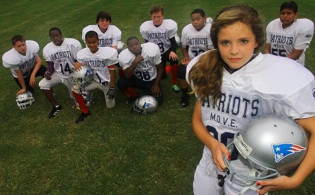 niña juega futbol americano