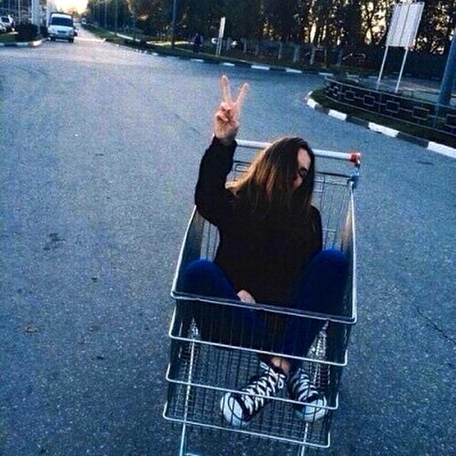 chica en un carrito de supermercado