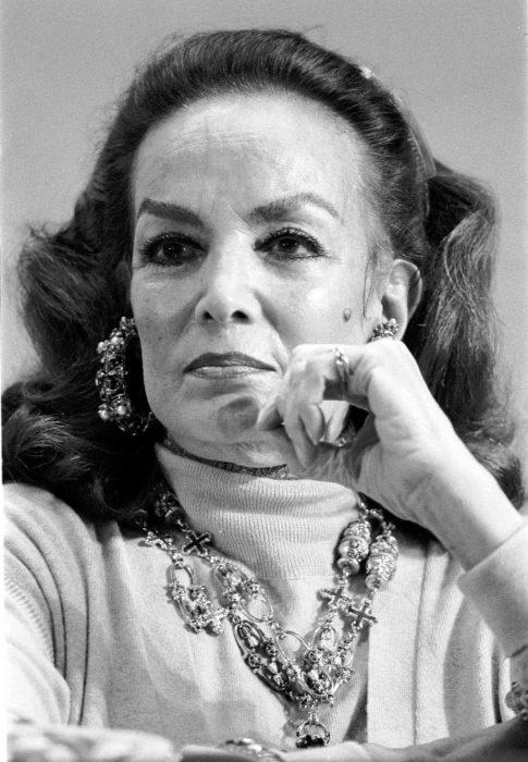 María Félix con la mano en la barbilla