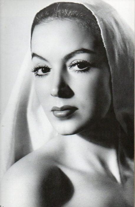 María Félix con pañoleta en la cabeza