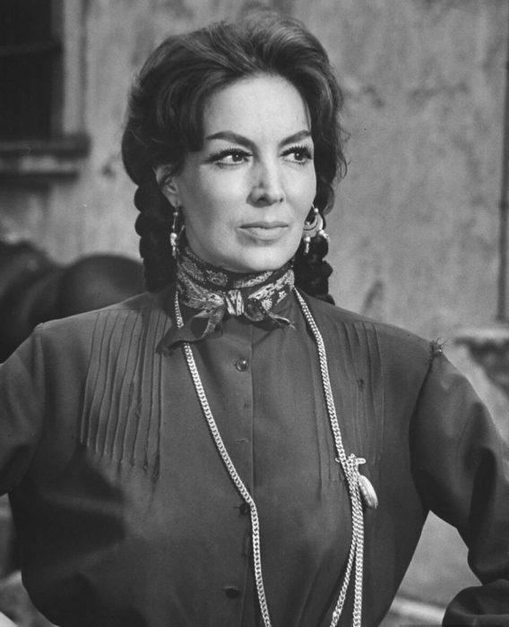María Félix posando con traje de época