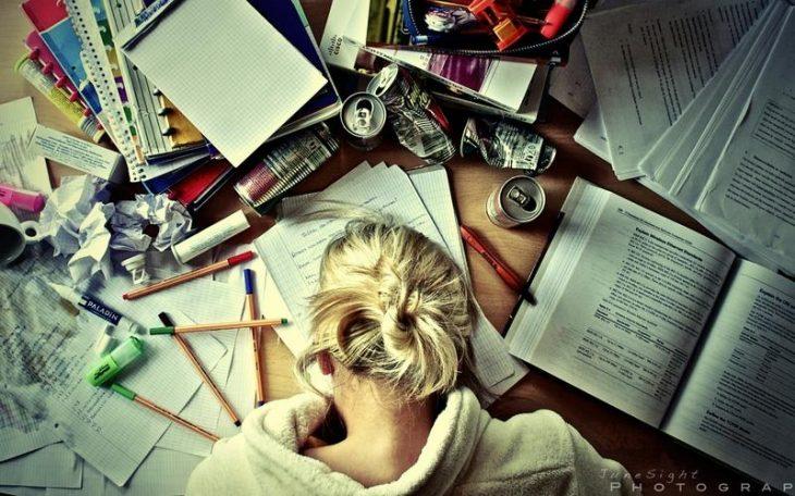 chica frente a escritorio escribiendo