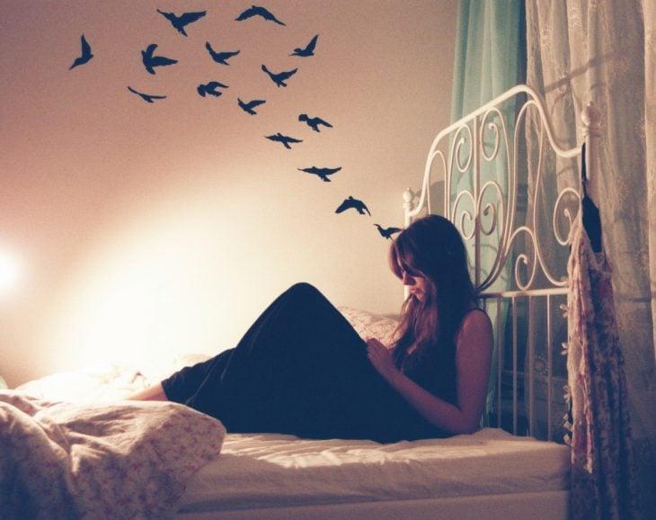 chica leyendo en su habitación