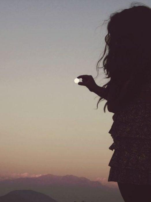 chica sosteniendo luna