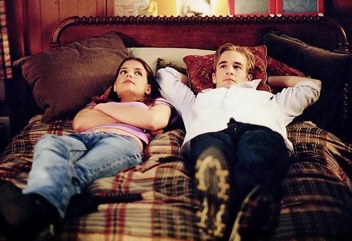 amigos acostados en la cama
