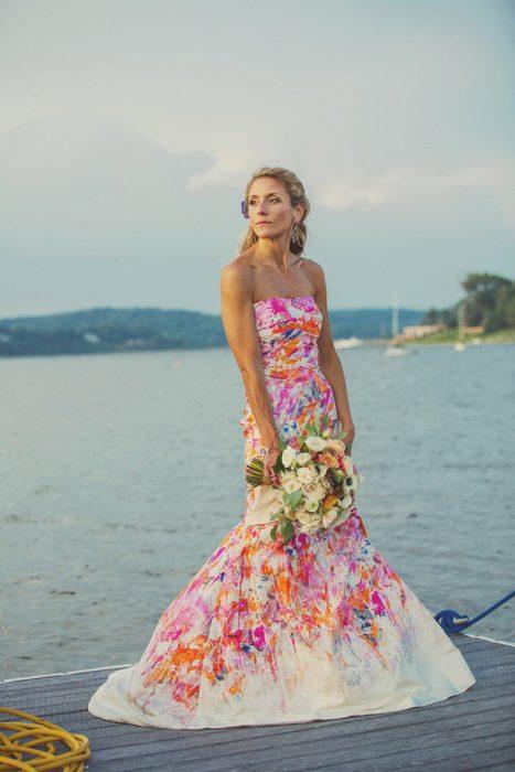 Vestido de novia con diseños florales en color rosa