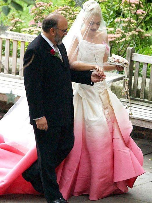 Gwens stefani vestida de novia con un vesitido rosa degradado