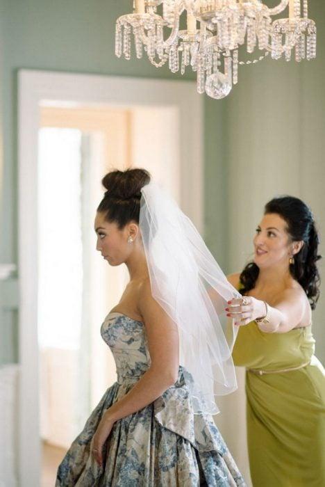 Vestido de novia con diseños florales en color azul y gris