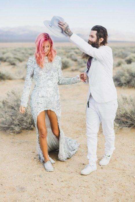 venovia vestida en color plata posando para una foto en el desierto