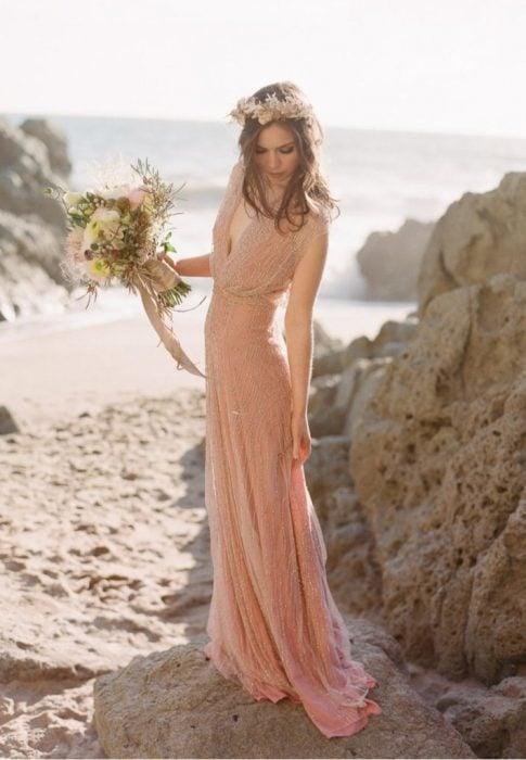 Chica usando un vestido de novia en color salmon