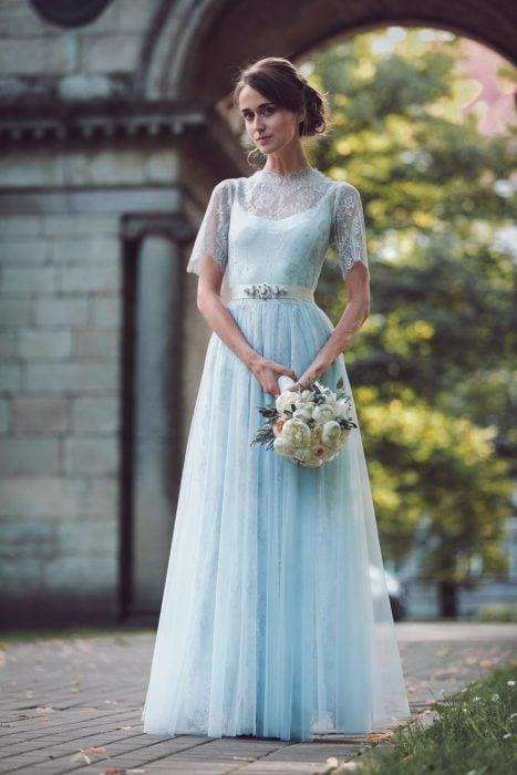 Novia vestida de color azul el día de su boda