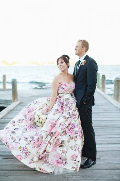 Vestido de novia con diseños florales en color rosa con azul