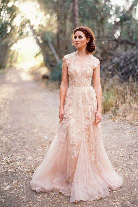 Vestido de novia en solor salmon con detalles florales del mismo color