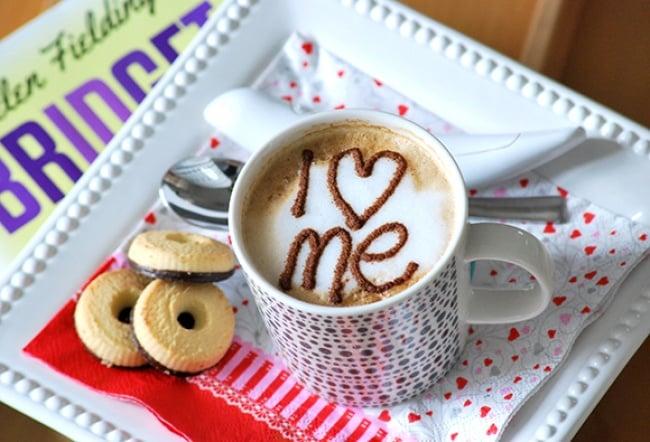 taza con un i love escrito con chocolate en polvo