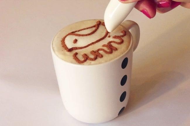 pluma para crear diferentes diseños con chocolate sobre la espuma del café