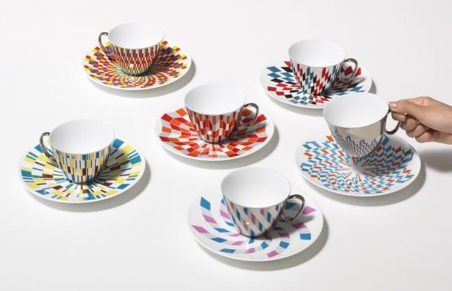 tazas que reflejan la imagen que hay en el plato