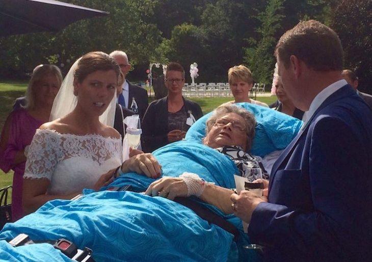 paciente terminal recostada en una camilla asistiendo a la boda de su nieta