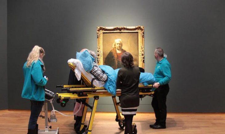 paciente terminal viendo su pintura favorita por última vez