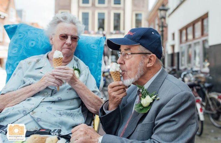 paciente terminal junto a su esposo comiendo helado