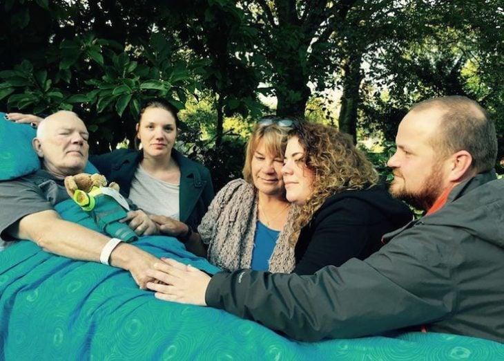 paciente terminal junto a su familia en el parque