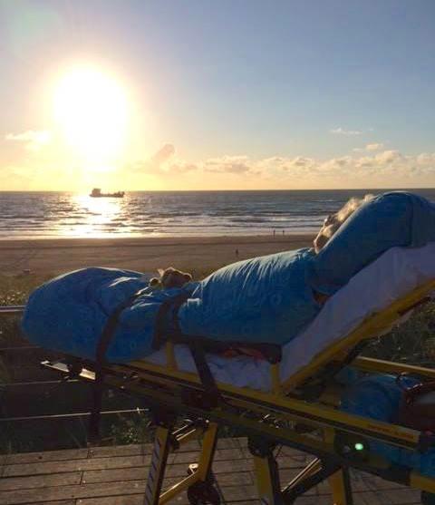 paciente terminal viendo el mar mientras está recostado en una camilla