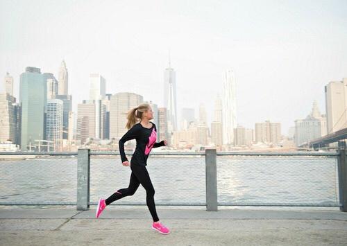 Chica corriendo por la calle