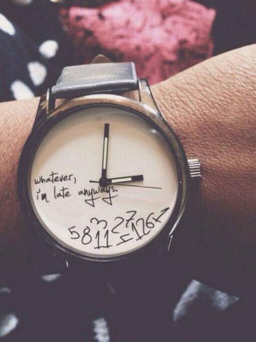 Mano de una chica con reloj