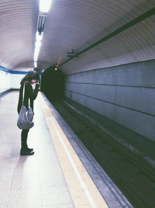 Chica llorando en la estación del metro