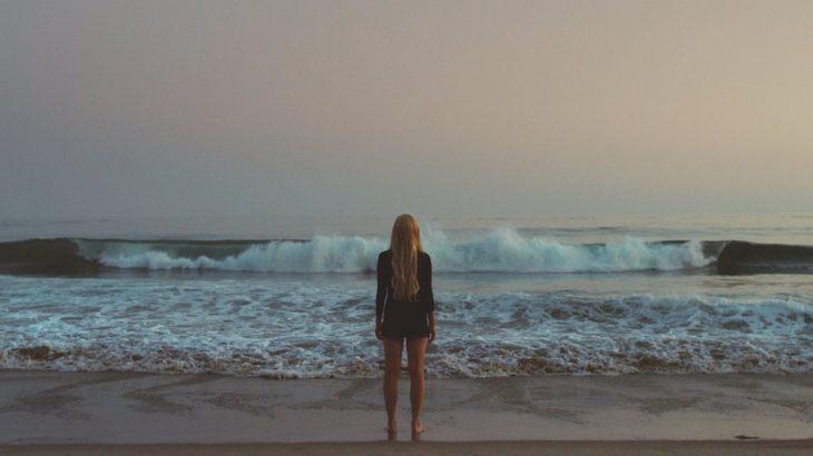Chica para frente al mar viéndolo directamente
