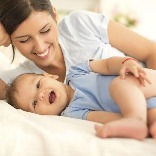 mamá y bebé sonriendo