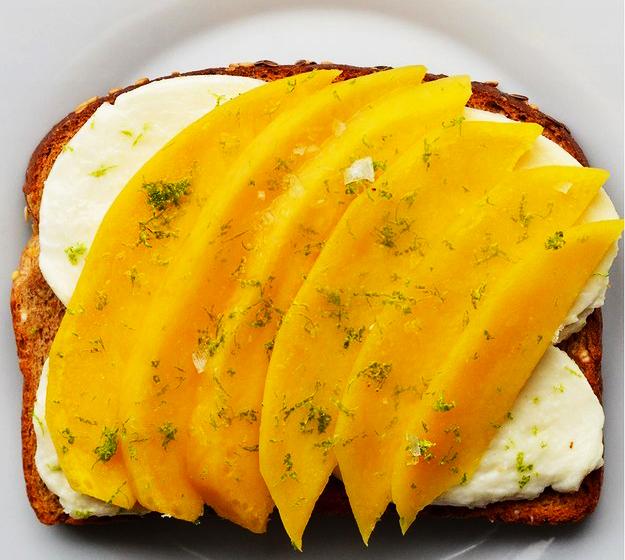 emparedado de queso crema con mango