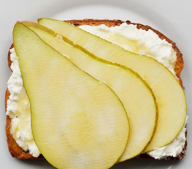 emparedado de queso crema con pera