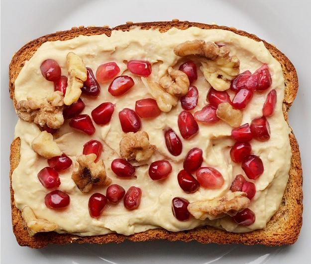 emparedado de crema de maní con granola