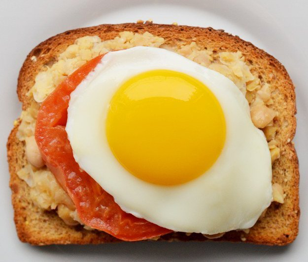 emparedado de huevo con tomate
