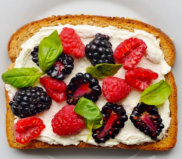 emparedado con queso crema y frutos rojos
