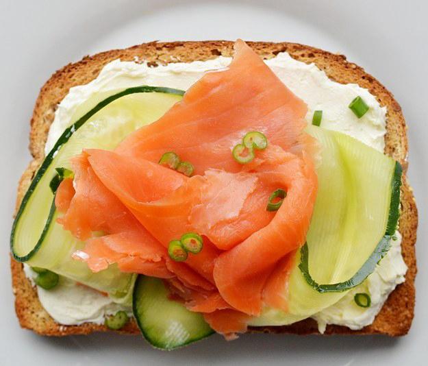 emparedado con queso crema pepino y salmon
