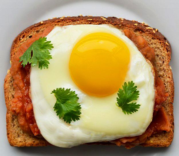 emparedado frijoles con huevo
