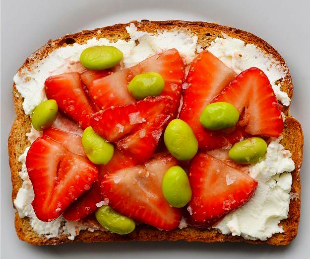 emparedado de fresas con queso crema